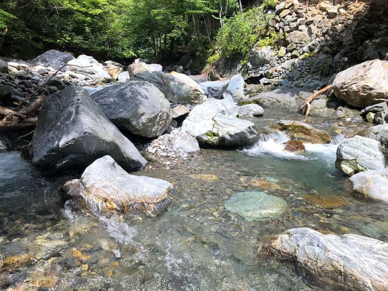 岩が多い川